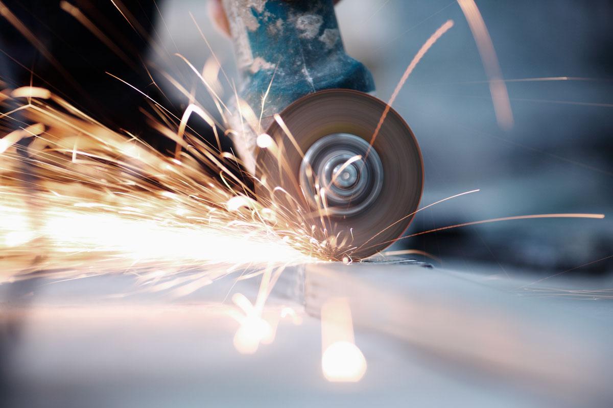 Illustrasjon av vinkelsliper som skjærer i metall