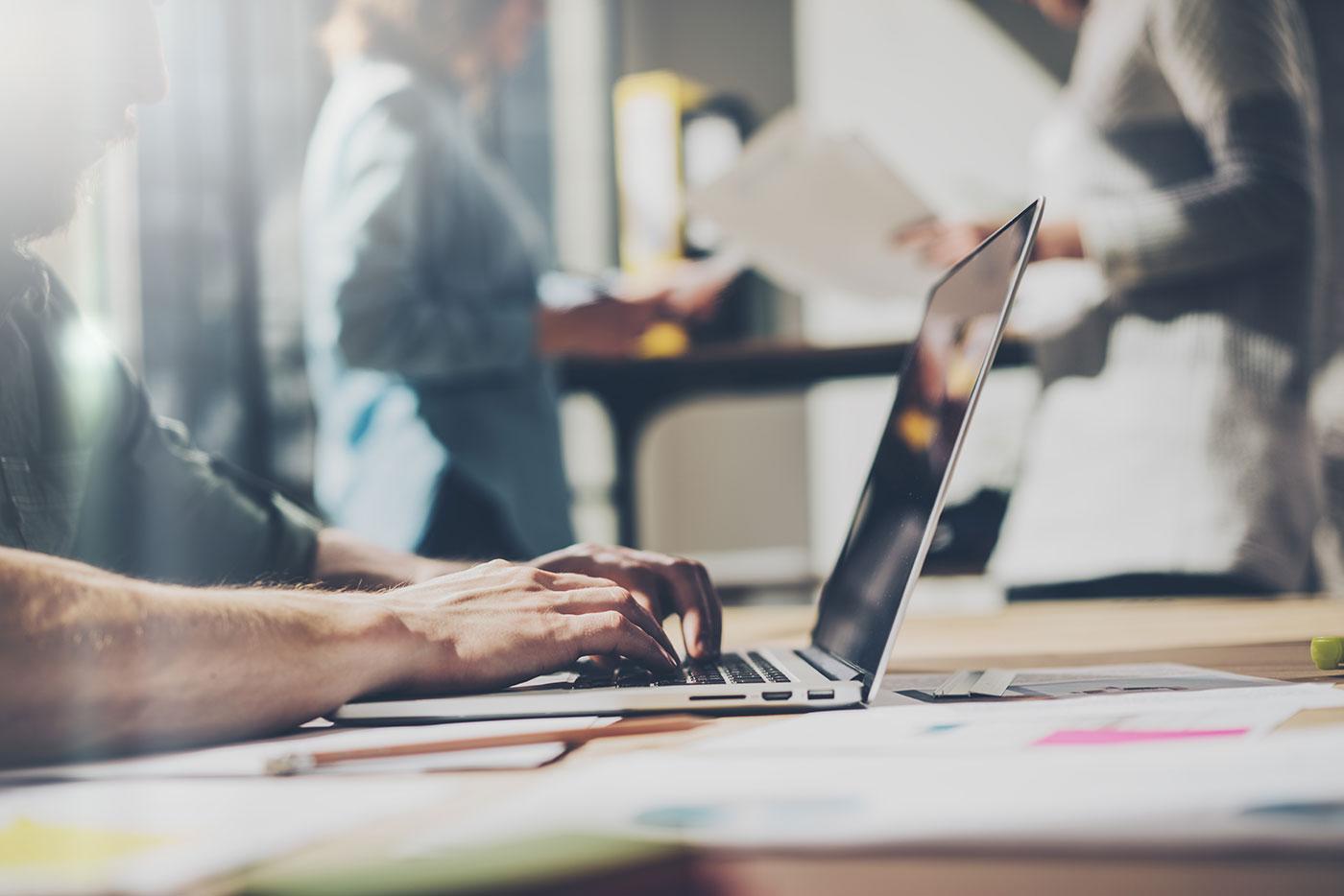 Illustrasjon av mann som jobber på en laptop